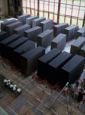 Opera Il Trovatore: 36 mega blokken (3x3x0.5m) gedecoreerd met gips/relief